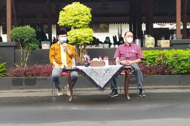 Bupati Banyumas Achmad Husein (kiri) dan Wakil Bupati Sadewo Tri Lastiono di kompleks Pendapa Sipanji Purwokerto, Kabupaten Banyumas, Jawa Tengah, Kamis (14/1/2021).