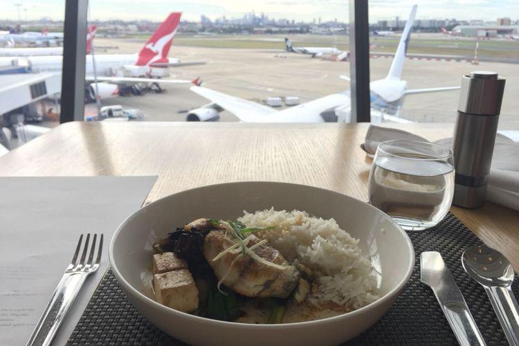 Bagi penumpang kelas pertama (First Class) atau anggota Platinum Frequent Flyer Qantas, ada Qantas First Lounge yang bisa dipakai untuk beristirahat, mengisi perut, dan bahkan melepaskan penat di tubuh.