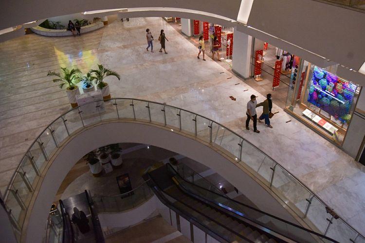 Warga mengunjungi pusat perbelanjaan Deli Park Mall di Medan, Sumatera Utara, Selasa (24/8/2021). Pusat perbelanjaan di Kota Medan kembali dibuka setelah sebelumnya ditutup akibat adanya Pemberlakuan Pembatasan Kegiatan Masyarakat (PPKM) level 4 di daerah tersebut. ANTARA FOTO/Fransisco Carolio/Lmo/wsj.