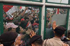 Massa Pro-Ahok Dorong Pintu dan Lempar Botol ke Rutan Cipinang