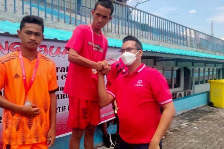 Alex Iskandar (17), atlet SOIna Kepulauan Meranti yang meraih medali emas pada cabang olahraga lari 100 meter di Kota Pekanbaru, Riau, Sabtu (9/10/2021).