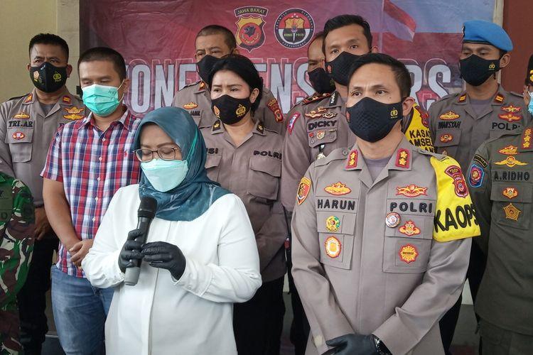 Bupati Bogor Ade Yasin didampingi Kapolres Bogor AKBP Harun di Mapolres Bogor Cibinong Kabupaten Bogor, Jawa Barat.