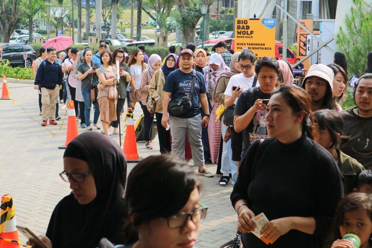 Antrean pengunjung Big Bad Wolf (BBW) di Kota Baru Parahyangan, Bandung Barat. Antrean tersebut memperlihatkan animo masyarakat yang besar.