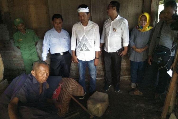 Cawagub Jabar Dedi Mulyadi, bertemu dengan para orang tua berusia lanjut tak mampu sakit-sakitan dan tal terurus saat blusukannya di Kecamatan Cikarang Utara, Kabupaten Bekasi, Kamis (1/3/2018).