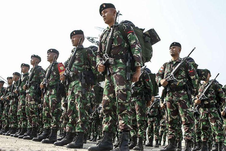 Ratusan prajurit TNI AD dari Batalyon Infanteri Raider 142/Ksatria Jaya mengikuti upacara pemberangkatan Satgas Pamtas RI-RDTL Sektor Timur di Pelabuhan Boom Baru Palembang, Sumatera Selatan, Rabu (28/8/2019). Sebanyak 400 orang prajurit TNI AD dari Batalyon Infanteri Raider 142/Ksatria Jaya, Jambi diberangkatkan untuk pengamanan perbatasan negara Republik Indonesia-Republik Demokratik Timur Leste selama sembilan bulan.