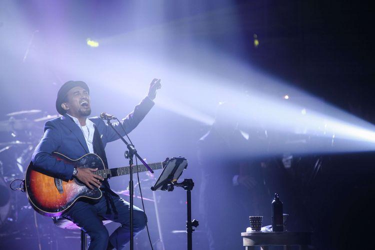 Penyanyi Glenn Fredly tampil dalam konser Harmonia Titik Balik yang digelar di Balai Sarbini, Plaza Semanggi, Jakarta Pusat, Kamis (14/2/2019).