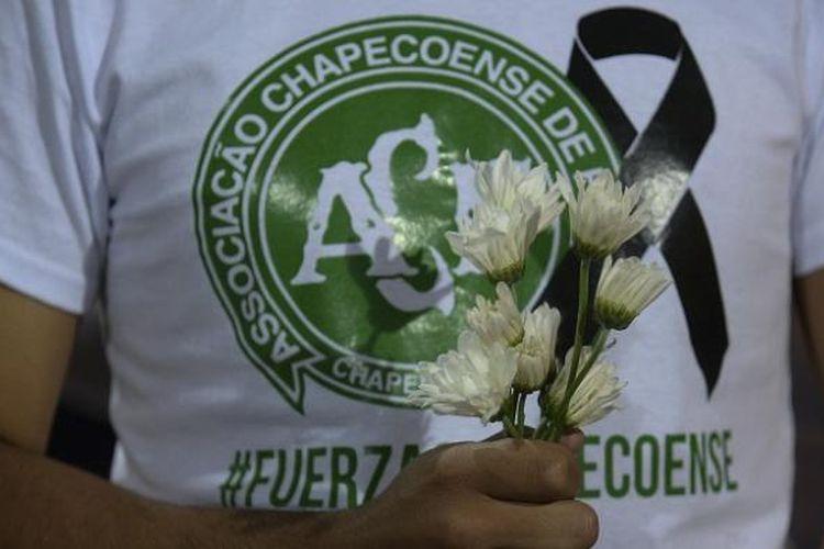 Seorang suporter memberikan penghormatan untuk para korban kecelakaan Chapecoense di Brasil.
