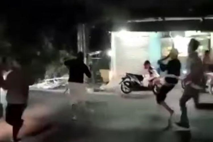 Bentrokan warga di Jalan Raya Hankam, Pondok Melati, Bekasi, Sabtu (1/8/2020):