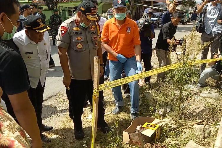 Satu kardus molotov ditemukan di samping kantor Polsek Tambelangan. Kapolda Jawa Timur, Irjen Pol Luki Hermawan, Gubernur Jawa Timur Khofifah Indar Parawansa dan Pangdam V Brawijaya meninjau langsung lokasi kejadian, Kamis (23/5//2019).