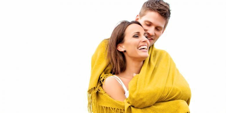 Ilustrasi suami istri saling berpelukan