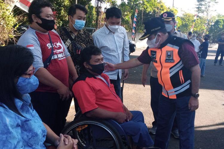 Bupati Semarang Ngesti Nugraha memorivasi Rohadi, penyandang disabilitas pembuat truk mainan.
