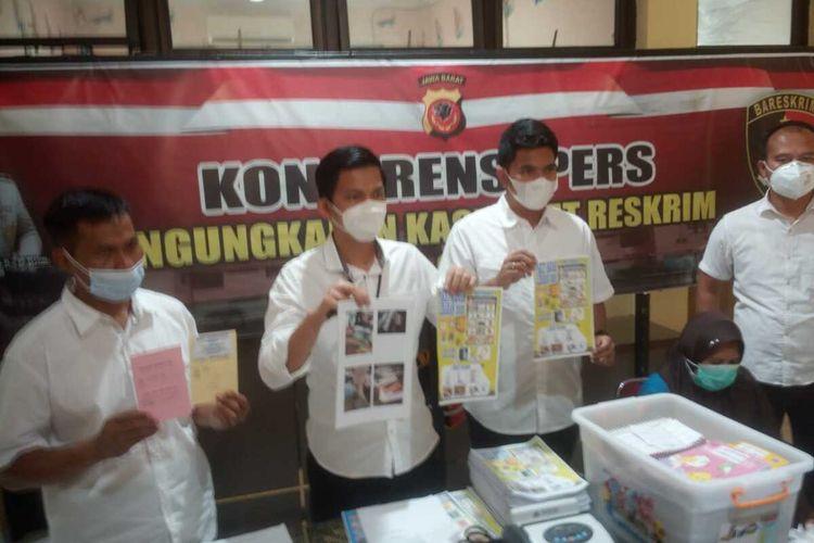 Penyidik Polres Cianjur memerlihatkan sejumlah barang bukti yang diamankan dari bos arisan HA saat ekspose perkara di mapolres, Rabu (2/12/2020). HA ditetapkan sebagai tersangka kasus dugaan penipuan dan penggelapan serta pelanggaran undang-undang perbankan.