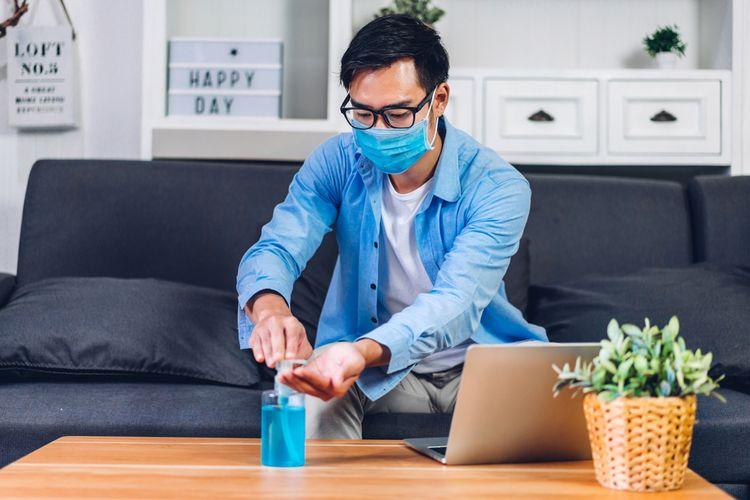 Ilustrasi menerapkan protokol kesehatan, memakai masker.