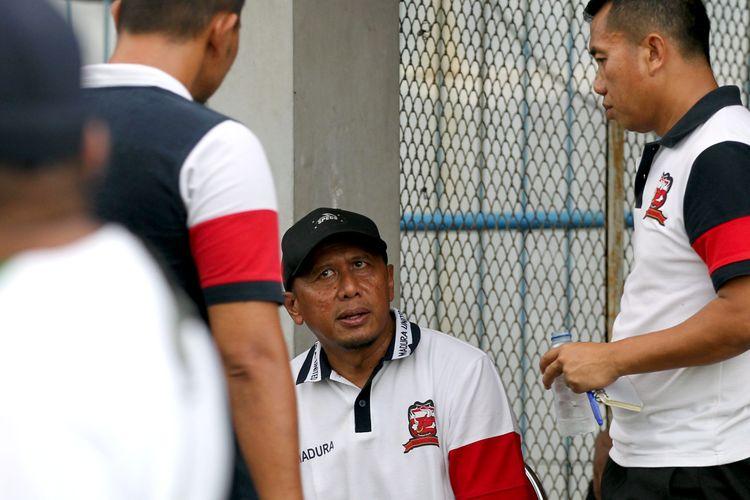 Manajer sekaligus pelatih kepala Madura United, Rahmad Darmawan saat berdiskusi dengan stafnya.