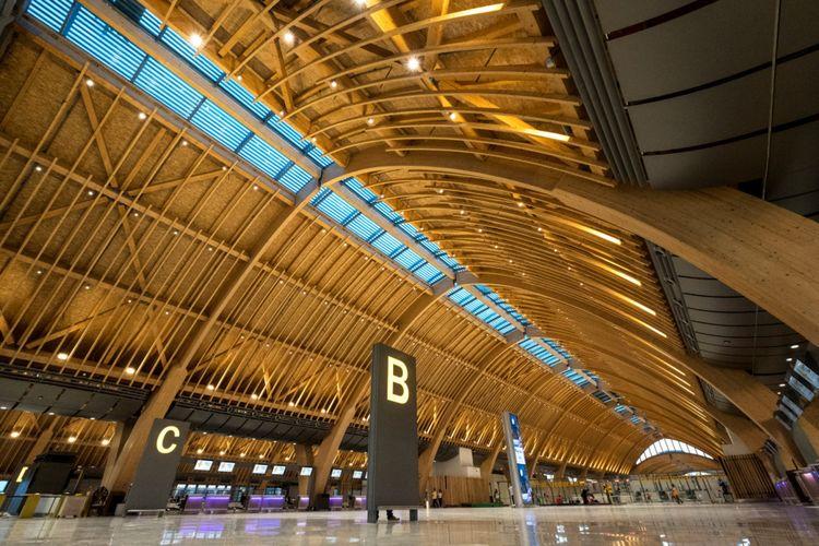 Penggunaan material kayu ekspos pada atap merupakan salah satu tujuan untuk memberikan suasana hangat dan ramah.