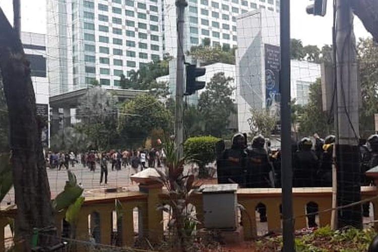 Bentrok terjadi antara pelajar dengan polisi di Jalan Tentara Pelajar, di depan Hotel Mulia, Rabu (25/9/2019).