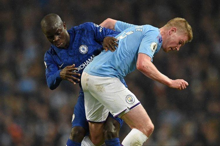 N'Golo Kante dan Kevin De Bruyne berebutan bola pada pertandingan Manchester City vs Chelsea dalam lanjutan Liga Inggris di Stadion Etihad, 23 November 2019.