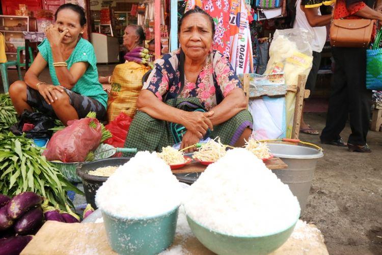 Penjual garam tradisional di Pasar Baru Larantuka, Flores, NTT, Jumat (12/10/2018).