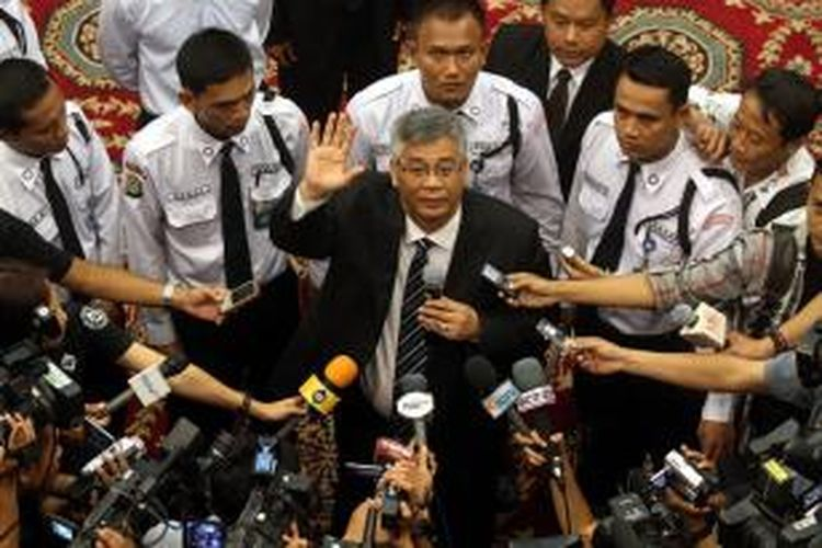 Dr HM Akil Mochtar SH MH (tengah) melambaikan tangan kepada jurnalis usai terpilih sebagai Ketua Mahkamah Konstitusi yang baru, dalam pemilihan yang dilakukan di Ruang Sidang Utama Gedung MK, Jakarta, Rabu (3/4/2013). Akil terpilih melalui proses voting dalam tiga tahap, setelah proses musyawarah antar Hakim Konstitusi tidak mencapai aklamasi. Akil mengungguli Hakim Konstitusi lainnya, Haryono, setelah mendapat 7 suara berbanding 2 suara.