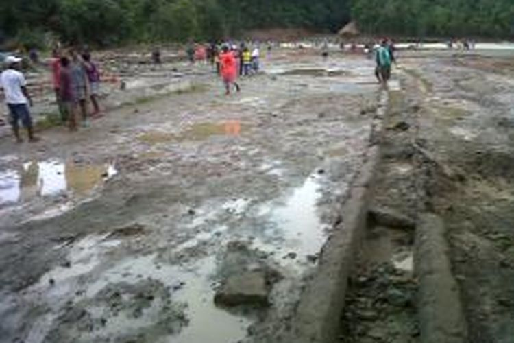 Ratusan rumah warga Desa Negeri Lima hancur dan terbawa air bah hingga ke laut setelah bendungan Wai Ela di desa tersebut jebol, Kamis (25/7/2013) pagi tadi