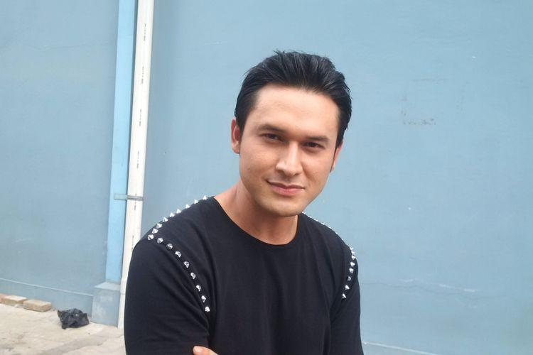 Indra L Bruggman berpose di Gedung Trans, Mampang Prapatan, Jakarta Selatan, Rabu (17/10/2018).