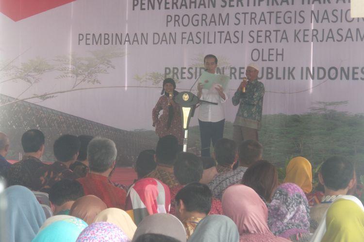 Presiden Joko Widodo saat membagi-bagikan sertifikat lahan kepada 2.359 orang di 11 kota dan kabupaten di Jawa Barat. Pembagian itu dilakukan di pelataran Balaikota Tasikmalaya, Jawa Barat, Jumat (9/6/2017).