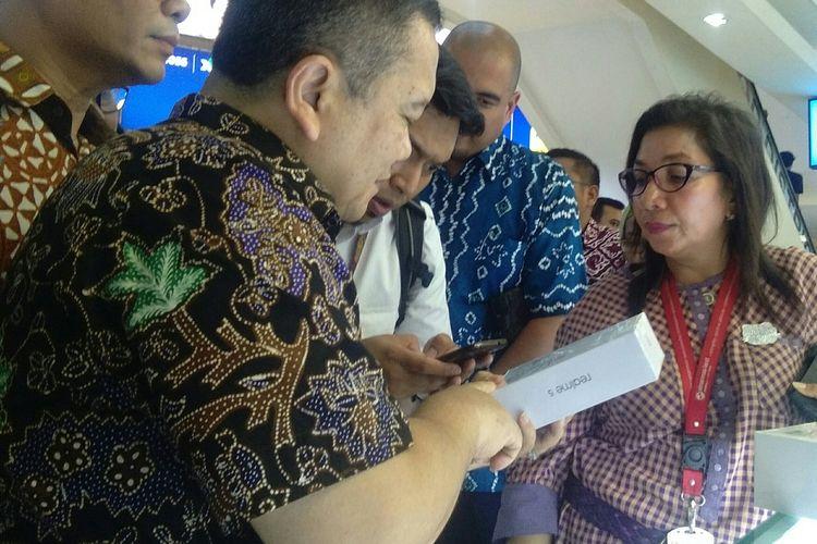 Kementerian Perdagangan sedang meneliti nomor IMEI yang terdaftar di ponsel salah satu store yang ada di iTC Roxy Mas, Jakarta, Selasa (26/11/2019).