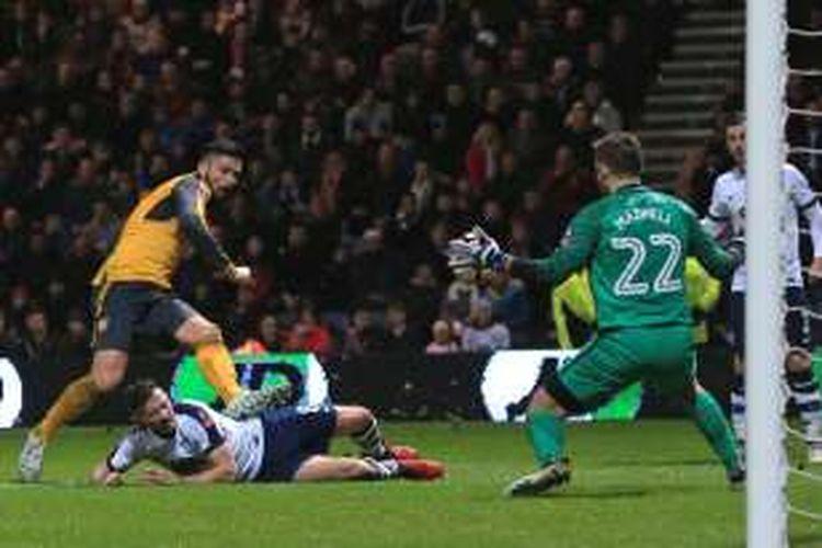 Olivier Giroud mencetak gol Arsenal ke gawang Preston pada partai babak ketiga Piala FA di Stadion Deepdale, Sabtu (7/1/2017).