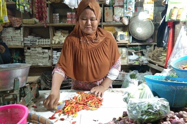 Salah seorang pedagang di Pasar Johar Karawang tengah melayani pembeli, Minggu (19/1/2020). Harga cabai di pasar ini meningkat dua kali lipat.