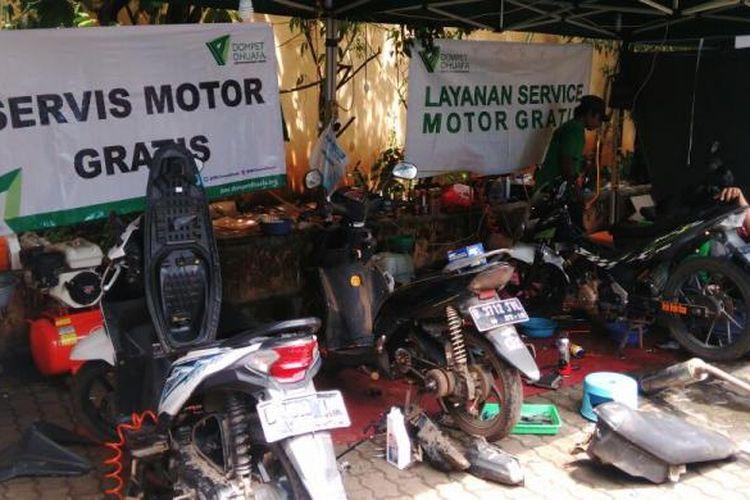 Lembaga kemanusiaan Dompet Dhuafa membuka layanan servis sepeda motor gratis bagi korban banjir di Masjid Universitas Borobudur, di Cipinang Melayu, Makasar, Jakarta Timur. Banyak warga korban banjir memanfaatkan layanan ini untuk memperbaiki motornya. Kamis (23/2/2017)