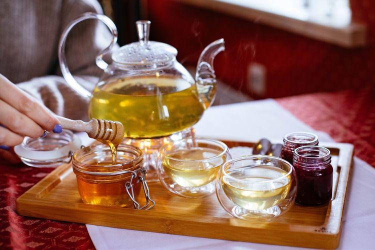 Ilustrasi madu untuk tambahan minuman.