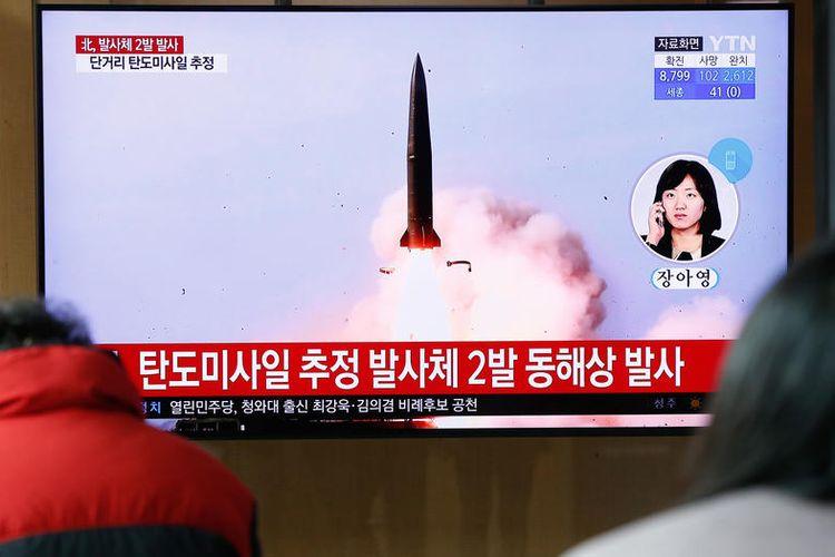 Orang Korea Selatan menonton berita tentang peluncuran proyektil Korea Utara, di Stasiun Seoul di Seoul, Korea Selatan, 21 Maret 2020. Menurut militer Korea Selatan, Korea Utara pada 21 Maret menembakkan dua rudal balistik jarak pendek ke lepas pantai timur semenanjung Korea.  EPA-EFE/KIM HEE-CHUL