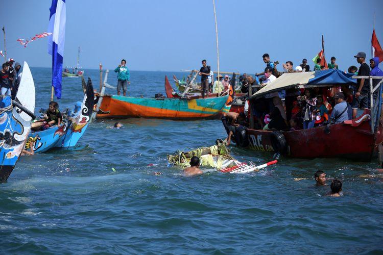Larung sesaji dalam sedekah laut nelayan Tambaklorok, Semarang, Minggu (20/8/2017).