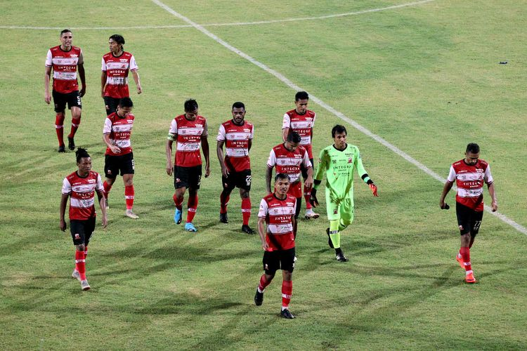 Pemain Madura United seusai melawan Persiraja Banda Aceh pada pekan kedua Liga 1 2020 yang berakhir dengan skor 0-0 di Stadion Gelora Madura Ratu Pamellingan Pamekasan, Senin (09/03/2020) malam.