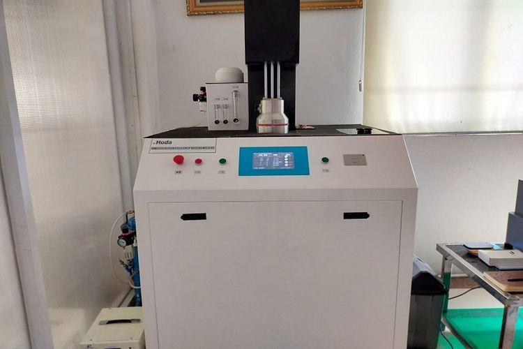 PT Top One Plastindo memiliki alat yang disebut particle filter efficiency testing machine. Alat ini berfungsi untuk menguji filtrasi PFE dan BFE pada masker dengan bahan filter meltblown.
