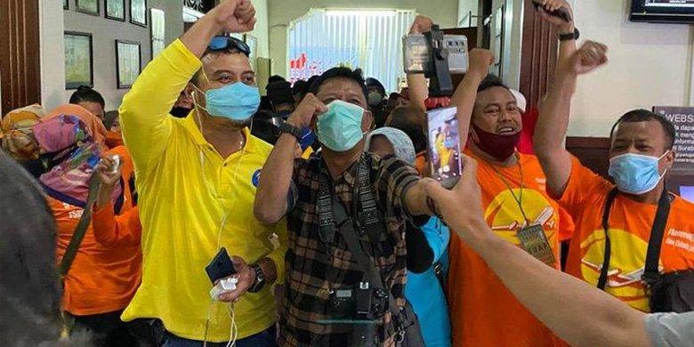 Para nasabah MeMiles yang memadati PN Surabaya mereka bersukacita atas vonis bebas yang diterima Dirut PT Kam and Kam, Kamal Tarachand Mirchandani.