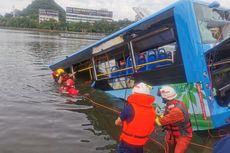 Antarkan Pelajar Ujian Masuk Perguruan Tinggi, Bus Jatuh 10 Meter ke Danau