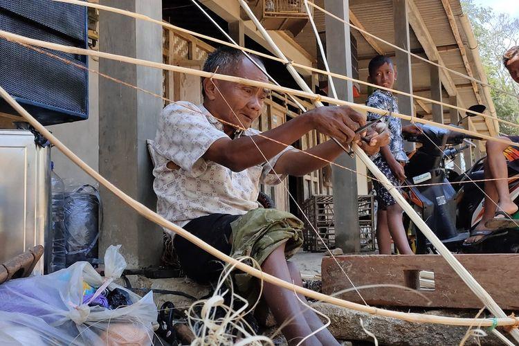 Waqirin dan layang-layang perak yang dibikinnya. Dengan keahlian membuat kerajinan dari bambu, ia membuka usaha  mandiri produksi layang-layang di rumah sendiri pada Pedukuhan Taruban, Kalurahan Tuksono, Kapanewon Sentolo, Kulon Progo, DI Yogyakarta.
