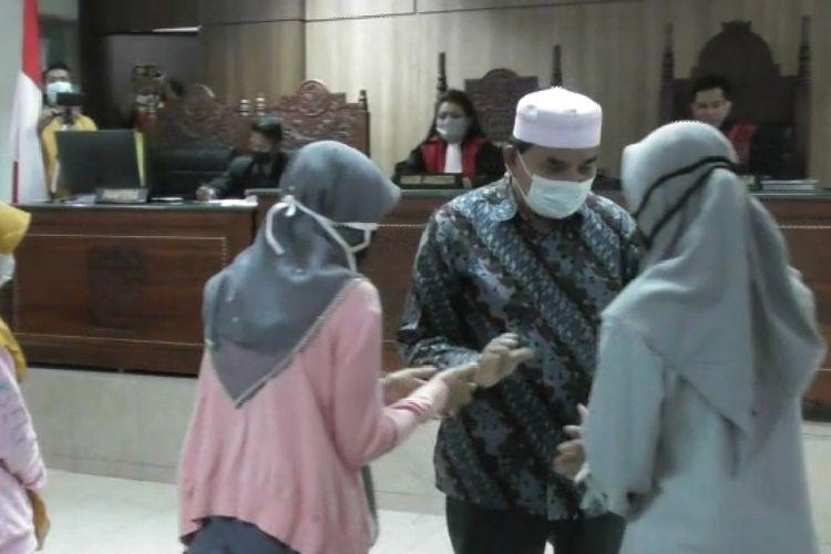 suasana sidang 4 IRT Lombok Tengah yang melakukan pelemparan terhadap pabrik rokok milik Haji Suhardi, dan pelapor hadir untuk memaafkan