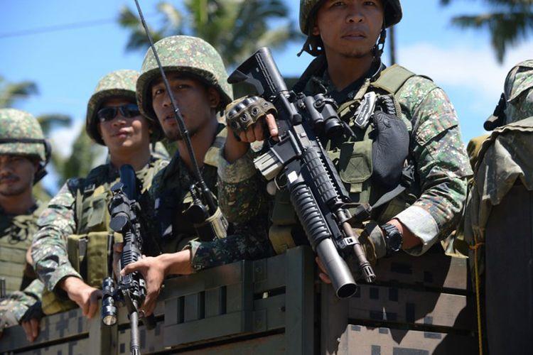 Pasukan Filipina menaiki truk dalam perjalanan ke garis depan di pinggiran Marawi, Mindanao pada tanggal 28 Juni 2017.