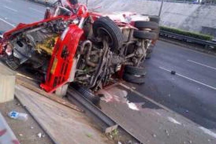 Truk tangki milik Pertamina yang terguling di Tol Pondok Pinang arah Serpong, KM 19,400, Jakarta Minggu (29/12/2013) pukul 04.50 WIB.