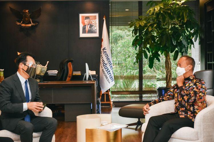 Menteri Perindustrian Agus Gumiwang Kartasasmita bertemu secara fisik dengan Duta Besar Jepang untuk Indonesia, Kanasugi Kenji, di Jakarta, Minggu (28/2/2021).