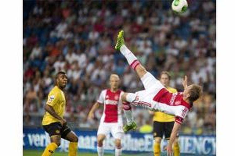 Kapten Ajax Amsterdam, Siem de Jong, melakukan tendangan salto dalam laga perdana Eredivisie melawan Roda JC Kerkrade di Amsterdam Arena, Jumat (2/8/2013). Ajax menang 3-0.
