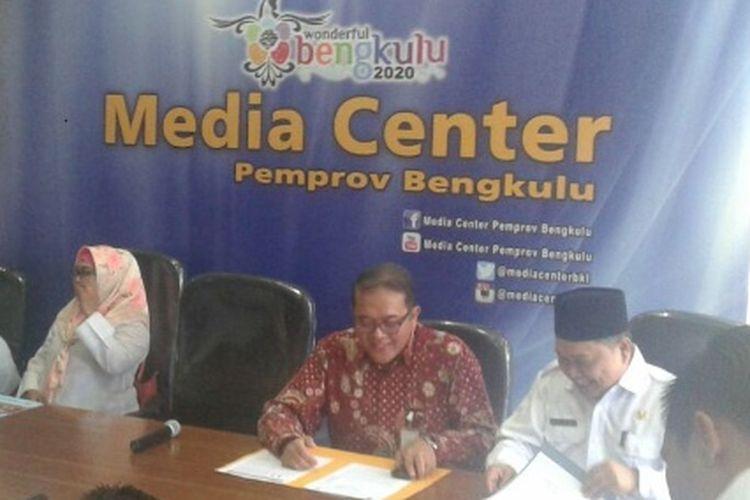 Kepala perwakilan Bank Indonesia Bengkulu, Endang Kurnia Saputra (batik) saat menggelar jumpa pers didampingi Plt Gubernur Bengkulu  Rohidin Mersyah