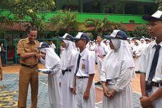 Rumah dan Sekolah Kebanjiran, Siswa SMPN 207 Diberi Seragam oleh Disdik DKI
