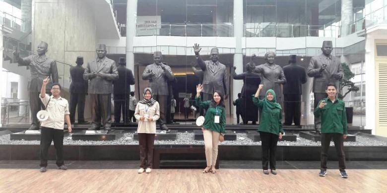 Sejumlah pemandu wisata dari Himpunan Mahasiswa Pariwisata Indonesia, sedang berfoto di patung keenam mantan presiden RI, di Museum Kepresidenan RI Balai Kirti Bogor.
