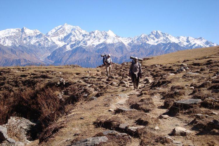 Ilustrasi pendaki bersama kuli angkut