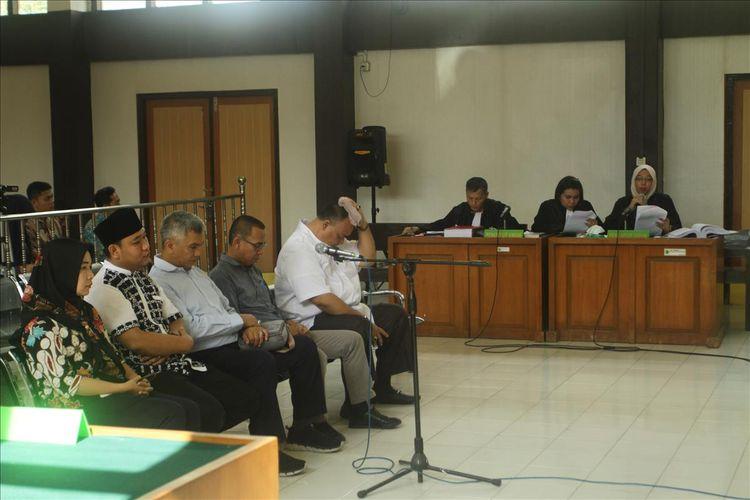 Lima Komisioner KPU Palembang ketika menjalani proses sidang di Pengadilan Negeri Klas 1A Palembang, Jumat (26/7/2019).