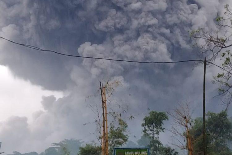 Kondisi awan panas guguran yang meluncur sekitar 4,5 kilometer dari kawah Gunung Semeru, Jawa Timur, Sabtu (16/1/2021)