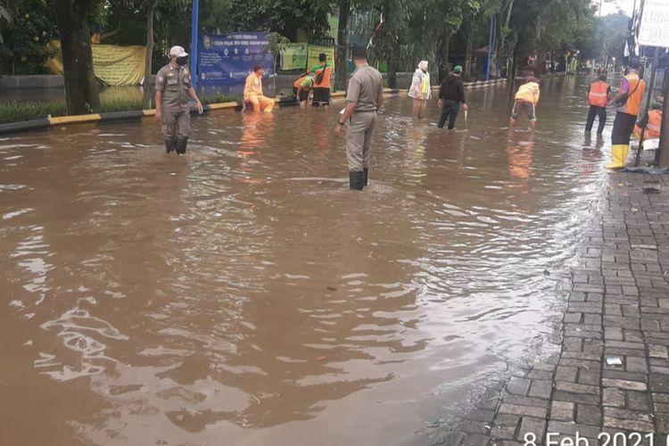 Luapan air hingga menyebabkan banjir di Jalan Moh. Kahfi 2, Srengseng Sawah, Jagakarsa, Jakarta Selatan berasal dari aliran Kali Cabang Tengah pada Senin (8/2/2021) pagi.
